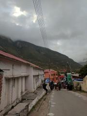 Road leading to Badrinath Temple