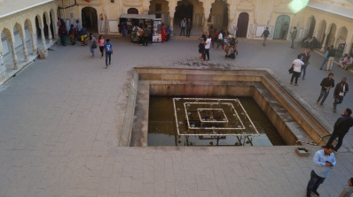 fountain in the courtyard of hawa mahal jaipur