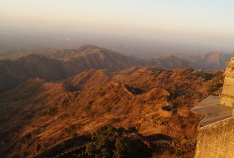 the kumbhalgarh fort wall extending into the horizon