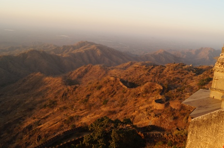 the outer wall snaking through the terrain at kumbhalgarh