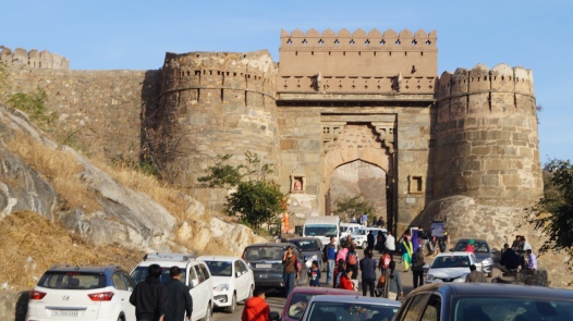 the parking chaos in front of kumbhalgarh fort
