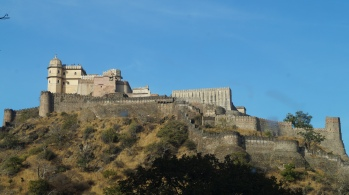 view of kumbhalgarh fort from the outside